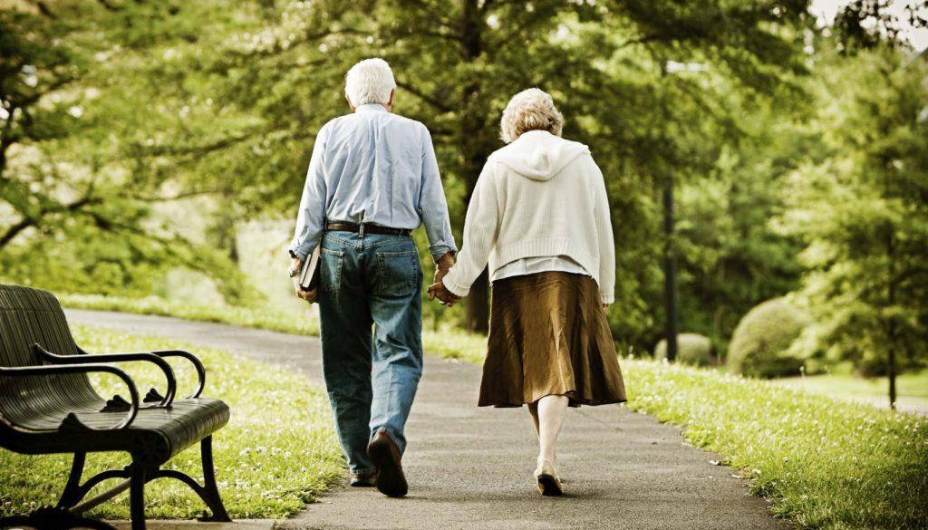 Senior couple walking in park.Idosos caminhando no parque. iStockPhotos